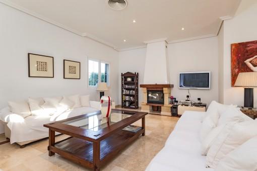 Der komfortable Wohnbereich bietet einen gemütlichen Kamin