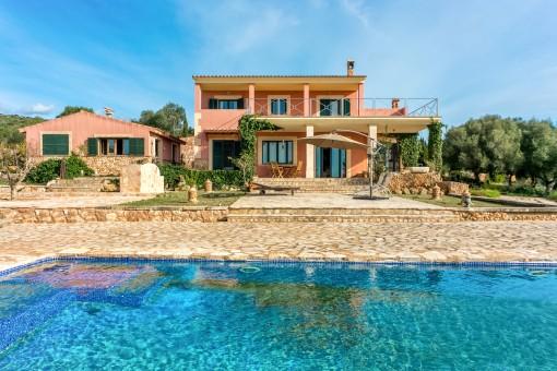 Moderne Meerblick-Villa in Puntiro mit Pool, Tennisplatz und Gästehaus