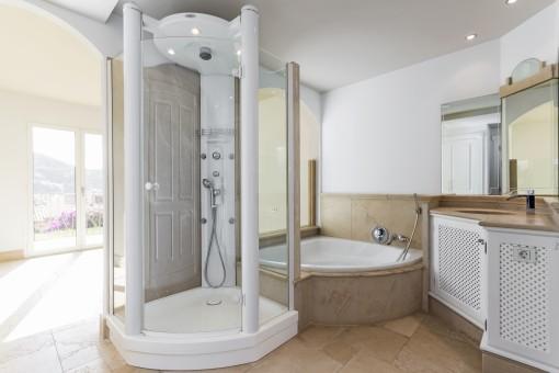 Das elegante Badezimmer bietet eine große Badewanne