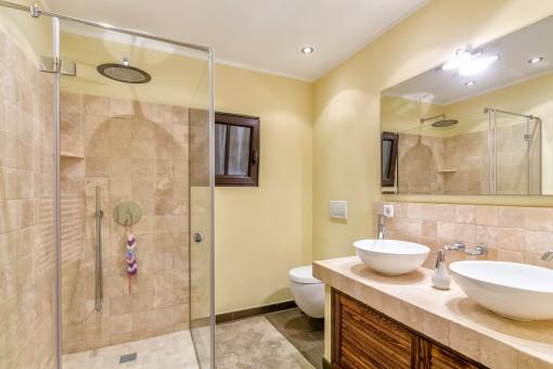 Das zweite Badezimmer mit ebenerdiger Dusche