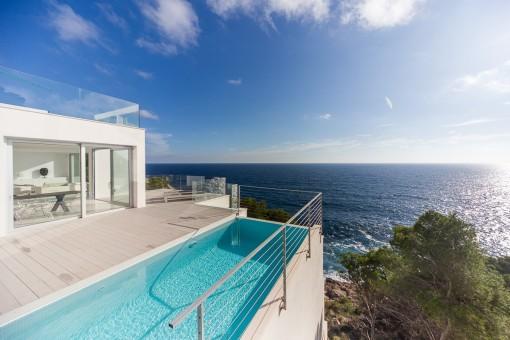 Blick auf das Mittelmeer vom Pool aus