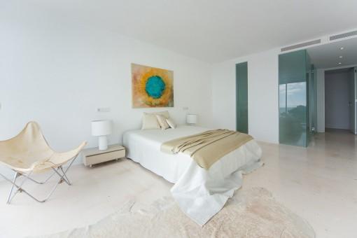 Schlafzimmer mit Klimaanlage und verglastem Badezimmer