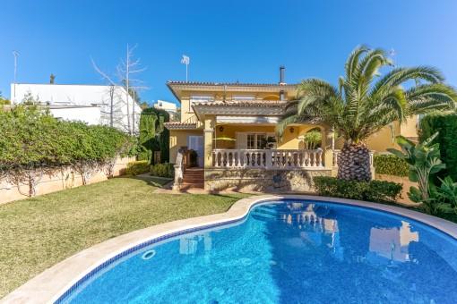 Schönes geräumiges Einfamilienhaus mit eigenem Pool in der ruhigen Gegend Arabella Park
