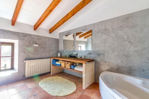 Eines vom 3 Badezimmern mit Heizung