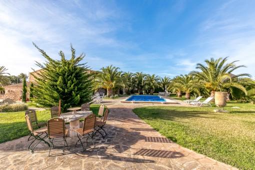 Herrlicher Außenbereich mit verschiedenen Terrassen, Garten und Pool