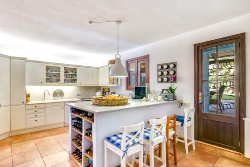 Die voll ausgestattete Küche bietet Zugang zum Außenbereich