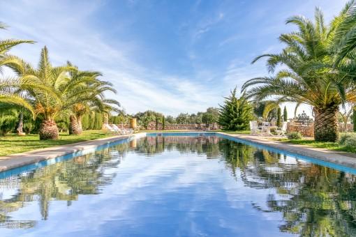 14 x 6 m Pool mit Außendusche