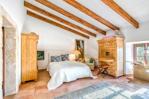 Herrliches Doppelschlafzimmer mit Holzmöbeln