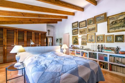 Beeindruckendes Schlafzimmer mit großen Schrank und vielen Büchern