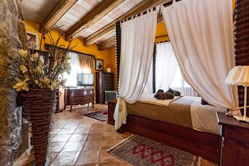 Geräumiges Hauptschlafzimmer mit Himmelbett
