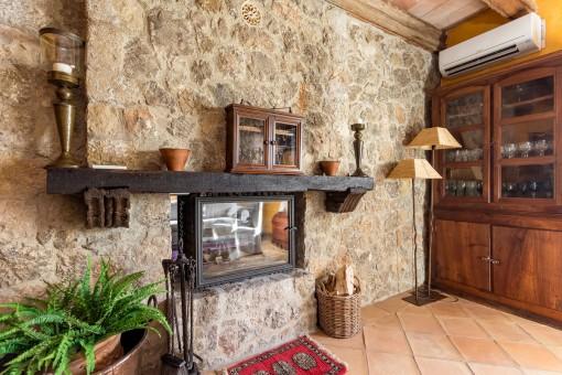 Doppelseitiger Kamin in die Natursteinwand integriert