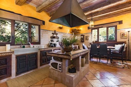 Großzügige Küche mit Kochinsel