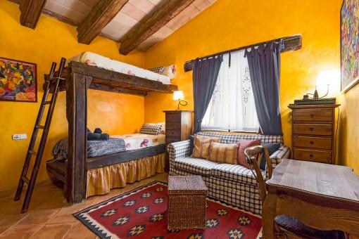 Die massiven Holzbalken wurden verwendet, um ein Bett zu bauen