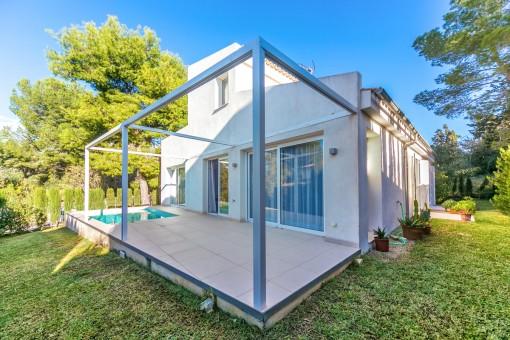 Die Villa befindet sich auf eine, 405 qm Grundstück in einer ruhigen Seitenstraße