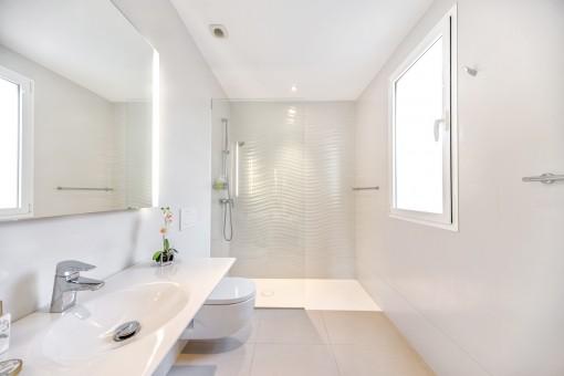 Hochwärtiges Badezimmer mit ebenerdiger Dusche