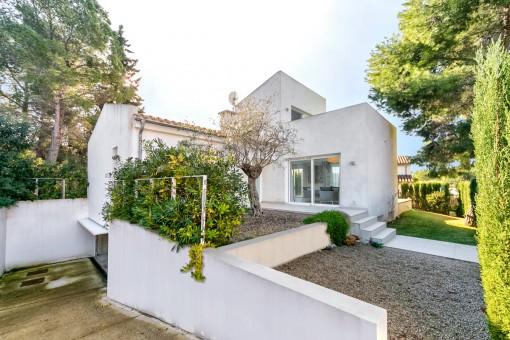 Villa mit gepflegten Vorgarten und Doppelgarage