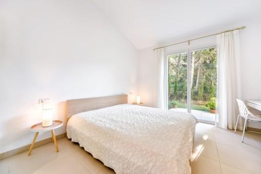 Sehr komfortables Doppelschlafzimmer mit Zugang zum Außenbereich