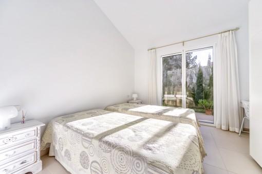 Helles Schlafzimmer mit Terrassenzugang auf dem Erdgeschoss