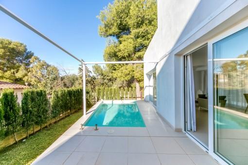 Tolle Terrasse mit Pool und Garten