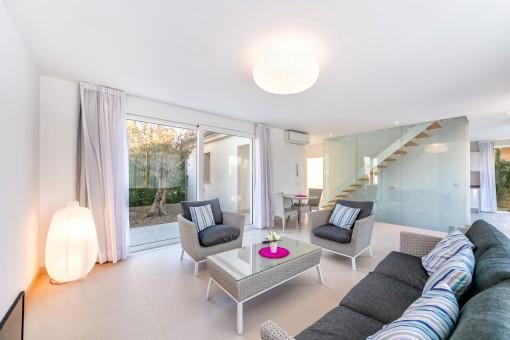 Schöner und großzügiger Wohnbereich mit Zugang zur Terrasse