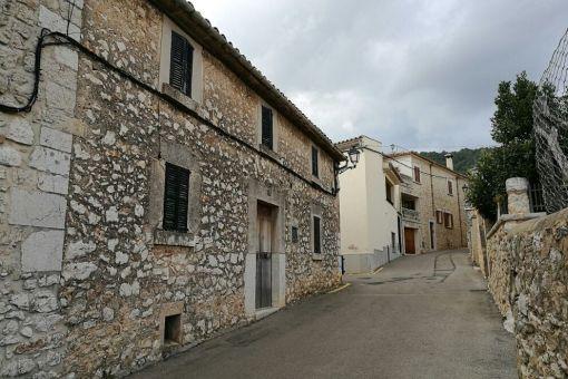 Charmantes Projekt: Ursprüngliches Dorfhaus mit Garage, Patio, Dachterrasse und Ausbaumöglichkeit in Biniamar