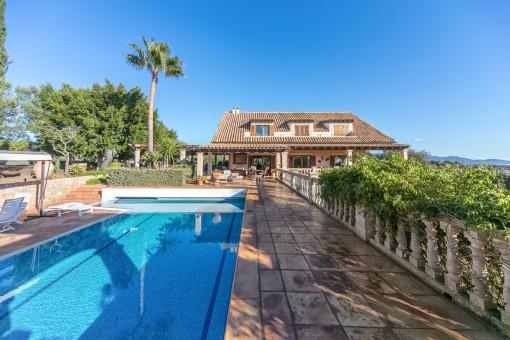 Spitzenlage in Establiments: Villa mit Pool und großem Raumangebot sowie eigenem Weinberg