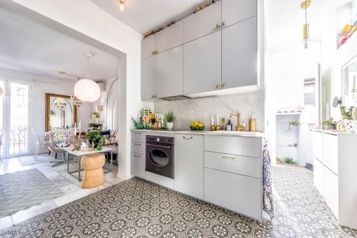 Großzügige Küche mit mallorquinischen Fliesen
