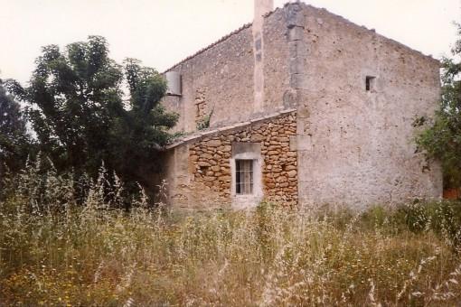 Das Steinhaus befindet sich auf einem 2.600 qm Grundstück