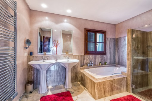 Luxuriöses Hauptbadezimmer mit großer Badewanne