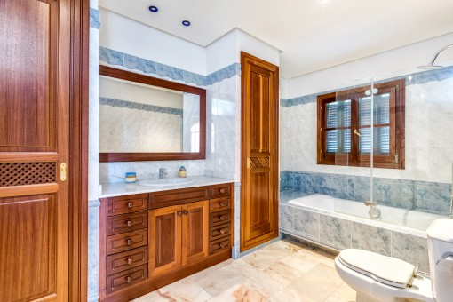 Badezimmer mit Einbauschränken und Tageslicht