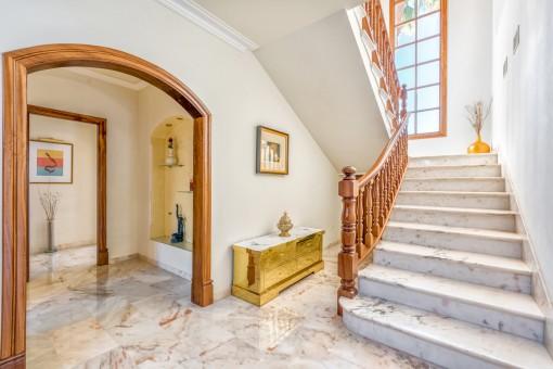 Eingangsbereich und Treppe in das erste Stockwerk