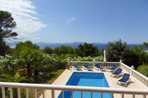 Blick auf den Swimmingpool vom Balkon aus