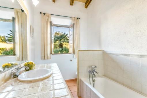 Zweites Badezimmer mit Badewanne und Tageslicht