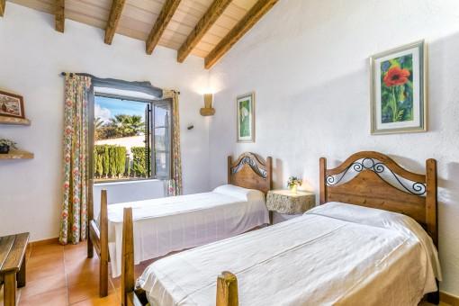 Rustikales Schlafzimmer mit 2 Einzelbetten