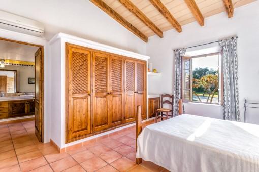 Großzügiges Doppelschlafzimmer mit Einbauschrank und Badezimmer en Suite