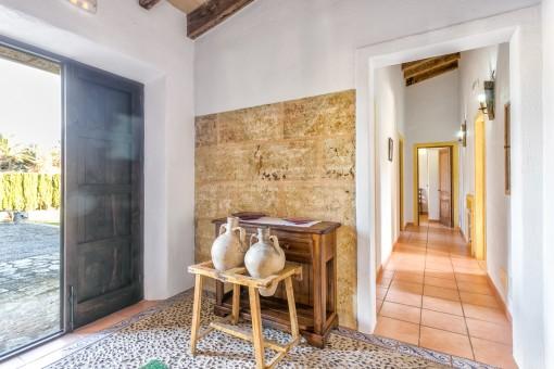 Hübscher Eingangsbereich mit mallorquinischen Fliesen und Naturstein
