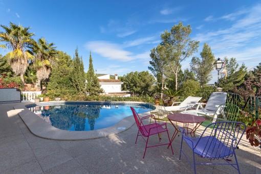 Poolbereich von Terrassen umgeben