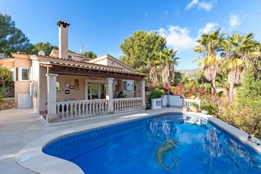 Terrasse neben dem Poolbereich