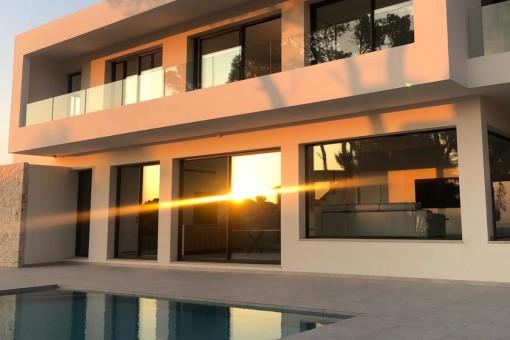Moderne Neubauvilla in Badia Gran mit Blick auf die Bucht von Palma