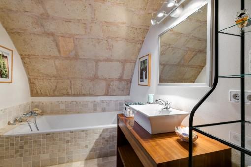 Badezimmer in Santsteinfarben