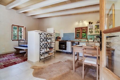 Helle Küche mit Essbereich und Schlafzimmer