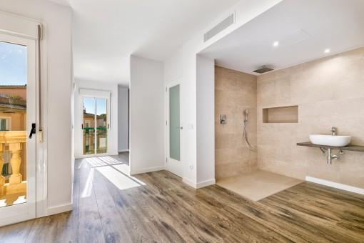 Großzügiges Schlafzimmer mit integriertem Badezimmer