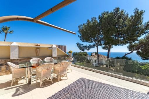 Terrasse im Poolbereich mit atemberaubender Aussicht