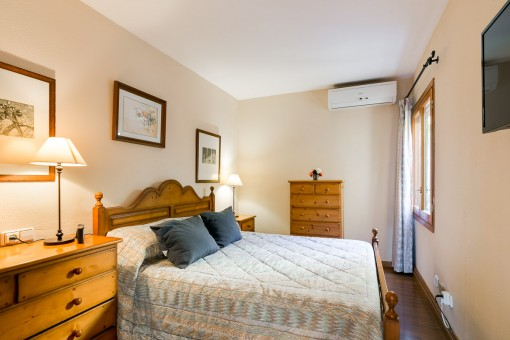 Uriges Schlafzimmer mit Klimaanlage
