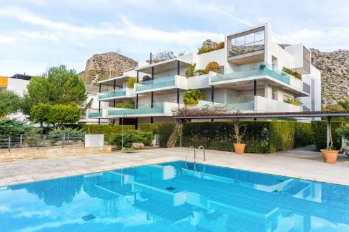 Exclusives Penthouse mit Jacuzzi und Blick zum Meer in einer privaten Wohnanlage in Puerto Pollença