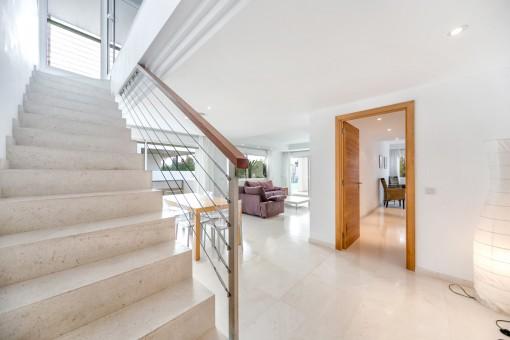 Eingangsbereich und Treppe in das Obergeschoss