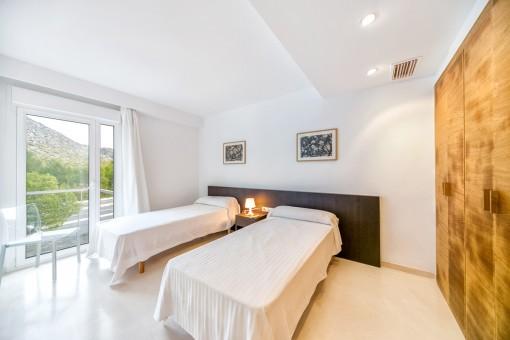 Schlafzimmer mit 2 Einzelbetten und Einbauschrank