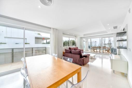 Offener Wohn- und Essbereich mit Zugang zu einem Balkon