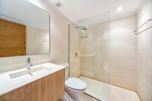 Das dritte Badezimmer mit ebenerdiger Dusche
