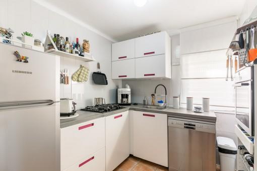 Voll ausgestattete Küche mit Gasherd
